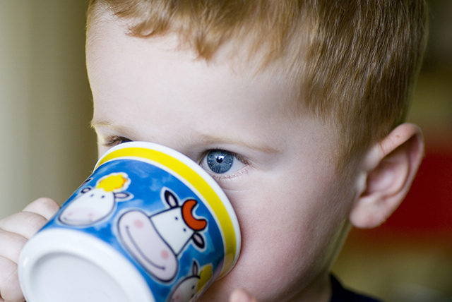 familienfreundliches Restaurant Köln-kleiner Junge trinkt-Familiencafe