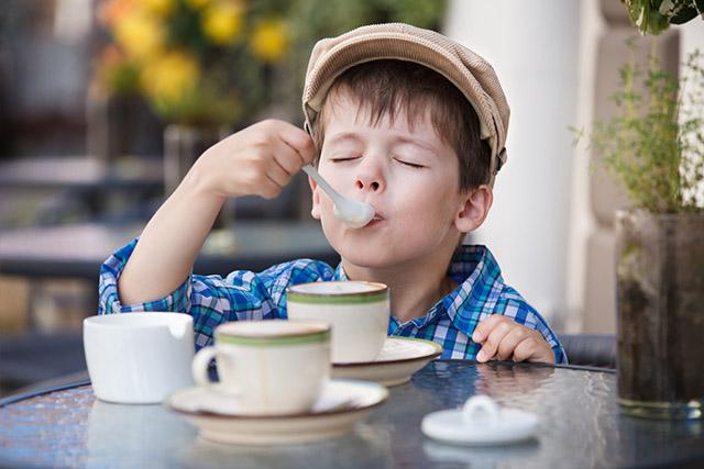 familienfreundliches Restaurant Köln-Junge Kinderkaffee-Familiencafe